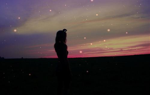 Resultado de imagem para tumblr garota olhando pro ceu